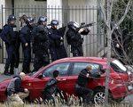 1月16日,巴黎东北郊上塞纳省(Hauts-de-Seine)Colombes镇发生劫持人质案,图为特警队攻坚。(AFP PHOTO / KENZO TRIBOUILLARD)