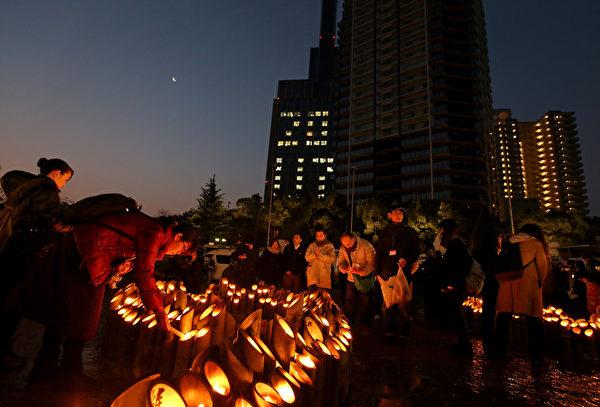 1月17日,阪神大地震發生20週年,日本民眾點燃一盞盞竹燈籠來悼念亡靈。(Buddhika Weerasinghe/Getty Images)