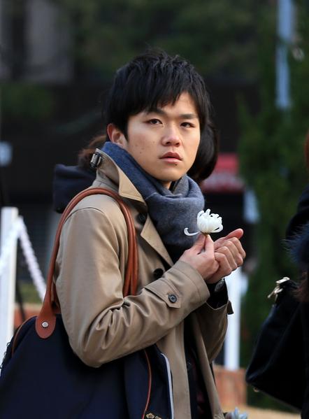 1月17日,阪神大地震發生20週年,日本民眾到遇難者紀念碑前獻花。(Buddhika Weerasinghe/Getty Images)