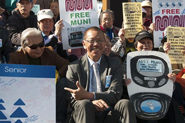 舊金山市議員余鼎昂在集會人群中。(周鳳臨/大紀元)