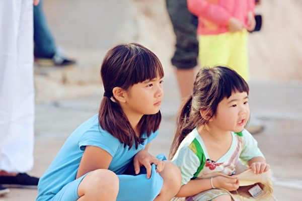 曹格女儿Grace姐姐(右)将黄磊的女儿多多视为模范。(中天综合台提供)