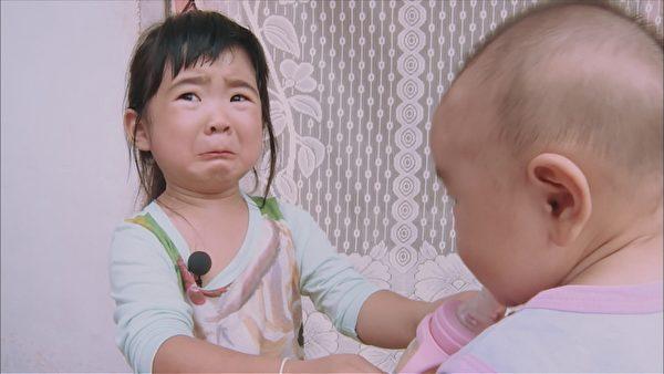 Grace姐姐(左)想放弃照顾小宝宝的任务,却被爸爸责备。(中天综合台提供)