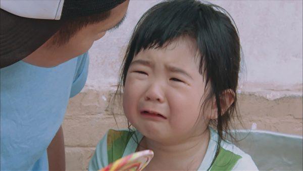 曹格女儿Grace姐姐(右)崩溃痛哭惹网友心疼。(中天综合台提供)