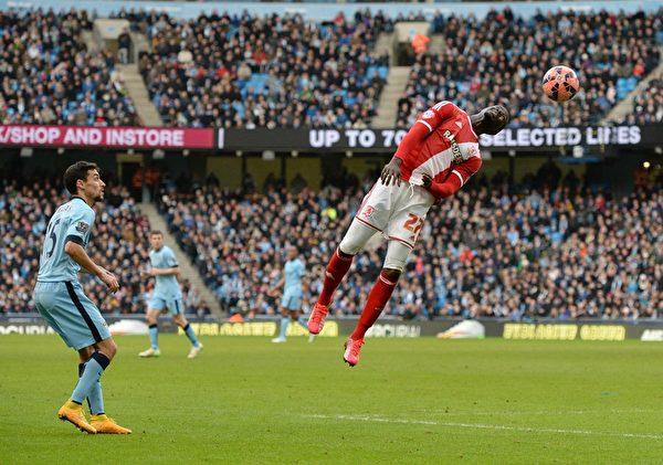 英冠球隊米德爾斯堡2-0淘汰英超衛冕冠軍曼城。圖為米德爾斯堡球員頭球瞬間。(OLI SCARFF/AFP/Getty Images)