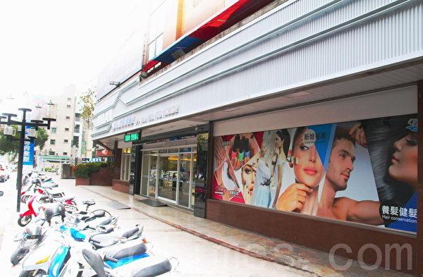 米蘭時尚髮型長女旗艦店店面外觀亮眼。(賴友容/大紀元)