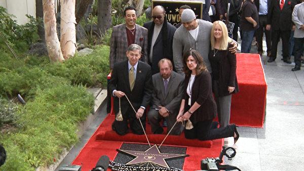 音樂電視製片人肯·埃利希(Ken Ehrlich)摘下了好萊塢星光大道上第2541顆星。(張文剛/大紀元)