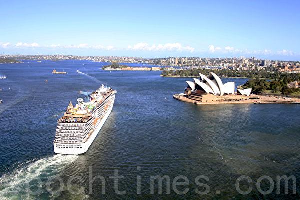 站在悉尼大橋上,看到一艘豪華郵輪正在駛離(袁麗/大紀元)