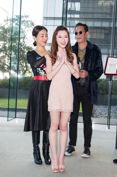方文琳为杨可涵(中)戴上珍珠项链。(三立提供)