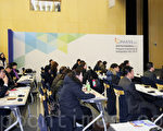 """由大纪元韩国支社主办的韩国""""首届全球华人房地产投资和移民博览会""""于2015年1月31日至2月1日在仁川松岛国际会展中心举行。中国客户洽谈气氛热烈。图为博览会现场举办的投资移民说明会。(全宇/大纪元)"""