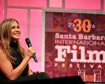 2015年1月30日,詹妮弗‧安妮斯顿获颁圣塔芭芭拉国际电影节蒙特斯托奖,与观众分享心得。(Mark Davis/Getty Images for The Santa Barbara International Film Festival)