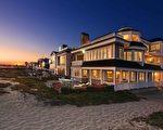 圖:加州橙縣海濱小鎮日落灘(Sunset Beach)最近新上市一棟風景絕佳的臨海豪宅,視野開闊,將詩情畫意的日落灘海景盡收眼底。(地產經紀人霍頓團隊提供)