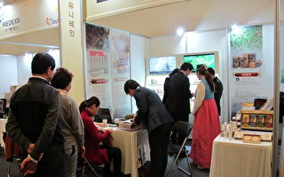 韓國產人參、經九蒸九爆祖傳祕方製作的「尤尼特人」展位,因產品抗癌效果佳且對化療患者有幫助,吸引了很多顧客諮詢和購買。(王佳慧/大紀元)
