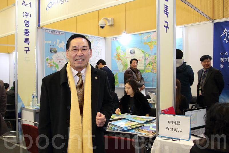 1月31日,由大紀元時報韓國支社主辦的「e-INVEST KOREA2015房地產投資與移民博覽會」在韓國仁川松島國際會展中心舉行。中國房地產專家金鐘山先生在當天的博覽會現場分析了投資韓國房地產的諸多優勢。(全宇/大紀元)