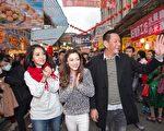 (右起)龙劭华、杨可涵及李亮瑾走上街头宣传新戏。(三立提供)