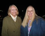 FBI華盛頓DC的一位前情報人員Jackie Mclaughlin(右)和Mary Mclaughlin觀看了神韻巡迴藝術團2月4日晚在西維吉尼亞州查爾斯頓的第二場演出。(李辰/大紀元)