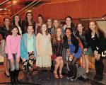 西維吉尼亞州Elite Performance Academy表演學校舞蹈系的部分學生於2月4日觀看了神韻演出。(林南/大紀元)