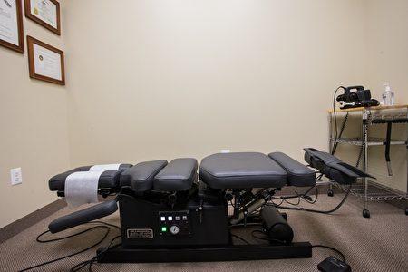 費城巴潤整脊推拿針灸診所治療椅。(圖由蔡亨均醫生提供)