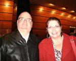2015年2月4日晚,買了高價位票觀看神韻巡迴藝術團在西維吉尼亞州的查爾斯頓Clay Center劇院演出的Dodd夫婦表示:「這演出絕對精彩絕倫,每一分鐘都引人入勝!」(蕭恩/大紀元)
