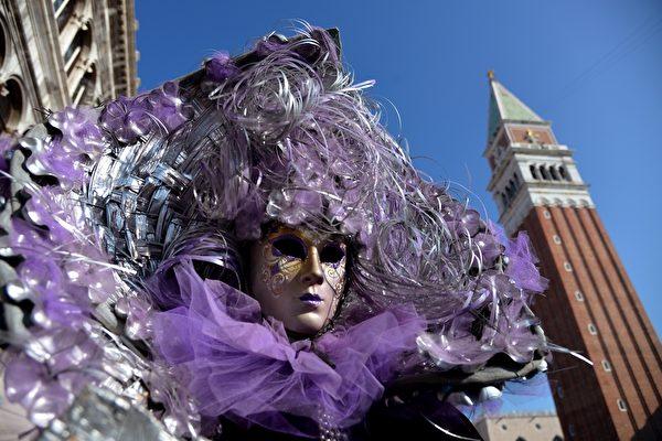 2月8日,參加威尼斯狂歡節的民眾。(VINCENZO PINTO/AFP)