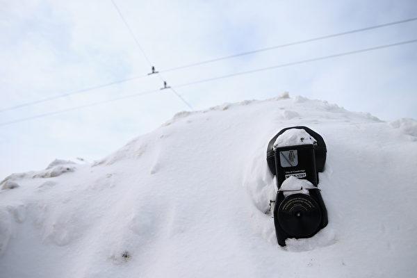 2月10日,美國麻省劍橋,大雪將停車計時器掩埋。(Scott Eisen/Getty Images)