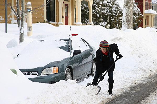 2月10日,美國麻省劍橋,大雪過後人們忙於除雪。(Scott Eisen/Getty Images)