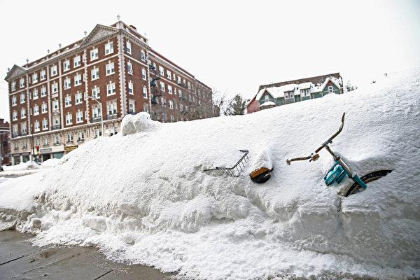 2月10日,美國麻省劍橋,大雪將路邊的自行車掩埋。(Scott Eisen/Getty Images)