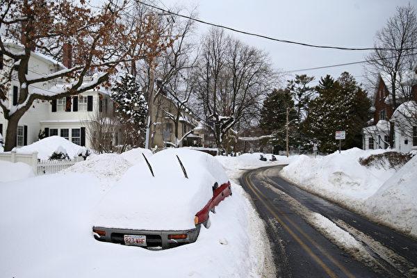 2月10日,美國麻省劍橋,大雪將汽車掩埋。(Scott Eisen/Getty Images)