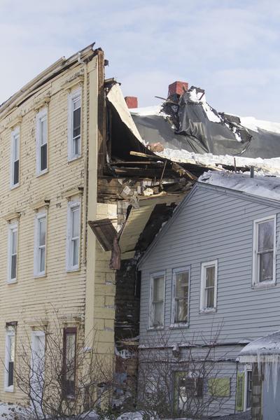 2月10日,美國麻省欣厄姆,大雪將屋頂壓塌。(Scott Eisen/Getty Images)