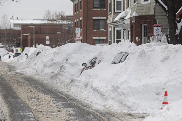 2月10日,美國麻省波士頓,大雪將汽車掩埋。(Scott Eisen/Getty Images)