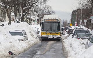 組圖:美東北破紀錄大雪 房頂壓塌車被埋