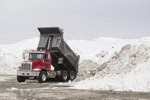2月10日,美國麻省波士頓,政府出動大型卡車除雪。(Scott Eisen/Getty Images)
