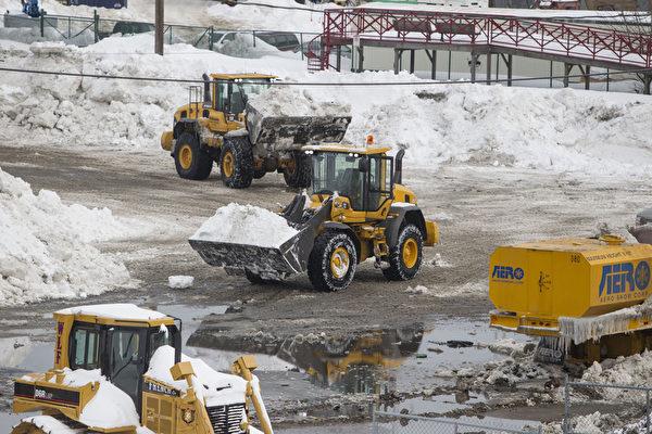 2月10日,美國麻省波士頓,政府出動鏟車除雪。(Scott Eisen/Getty Images)