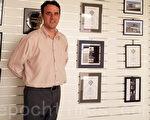 珀斯房屋设计公司design RIGHT的经理斯多克斯(Craig Stocks)先生。斯多克斯背靠的墙上挂满了他获得的各类奖项证书。(design RIGHT提供)