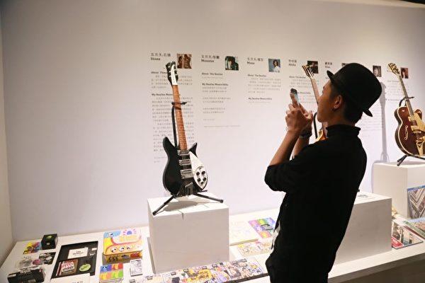 金韩一看到现场展出披头四的吉他立即拿起手机猛拍照。(台湾太阳娱乐提供)