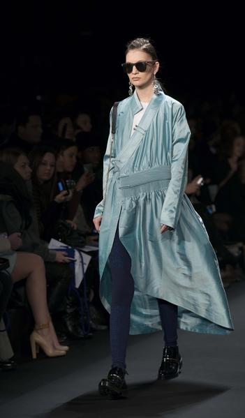 2月13日纽约时装周,模特在T台展现蒙古设计师的服装设计。(大纪元)