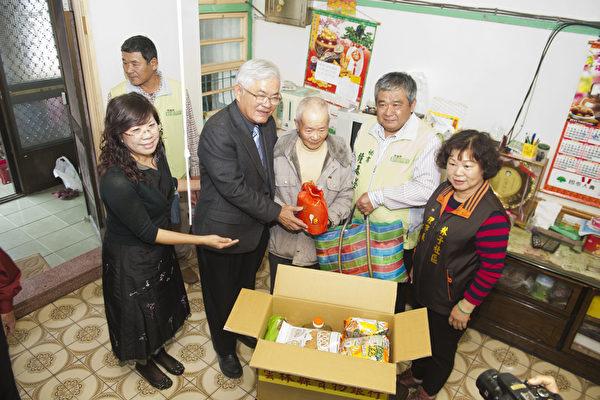 春节寒冬送暖活动,县长李进勇亲赴边缘户家发送物资。(云林县府提供)