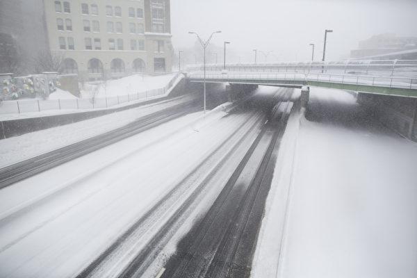 2月15日,波士頓,大雪中列車已停止運行。(Scott Eisen/Getty Images)