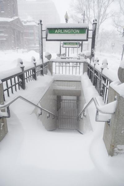 2月15日,波士頓,大雪中地鐵口已關閉,積雪盈尺。(Scott Eisen/Getty Images)