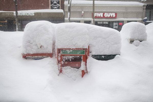 2月15日,波士頓,路邊被積雪覆蓋的報箱。(Scott Eisen/Getty Images)