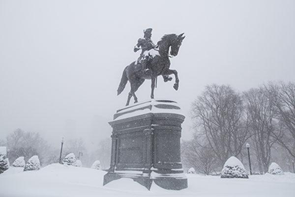 2月15日,波士頓,大雪中的華盛頓塑像。(Scott Eisen/Getty Images)
