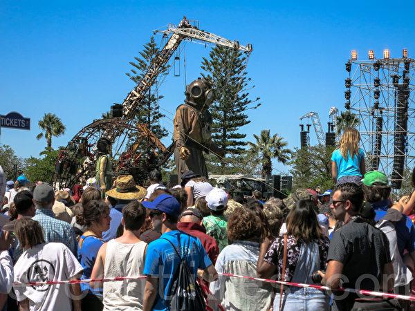 巨人木偶潛水員和他的侄女巨人木偶小女孩在蘭利公園參加紀念活動。(高敏/大紀元)