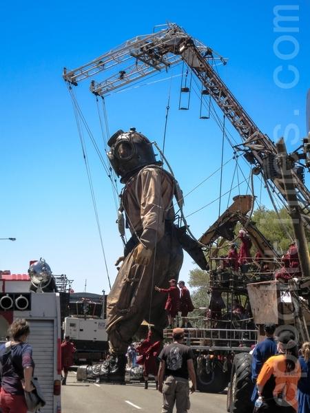 11米高的巨人木偶潛水員邁步前行。(高敏/大紀元)