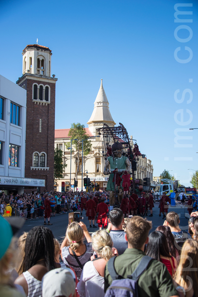 兩天半的巨人木偶巡遊活動吸引了140萬珀斯人觀看。(林文責/大紀元)