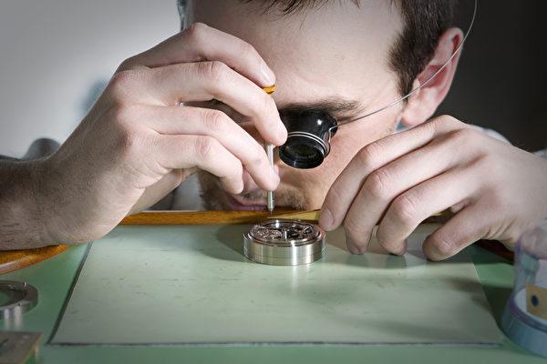 高珀富斯的鐘錶匠們在組裝手錶。(Greubel Forsey提供)