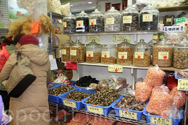 華埠老字號「寶榮行」,除了糖果等禮節性應酬的年貨外,高檔貨的銷售也明顯上升。(蔡溶/大紀元)