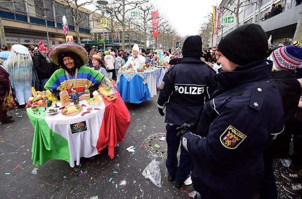 狂歡節遊行,警察少不了。(Thomas Lohnes/Getty Images)