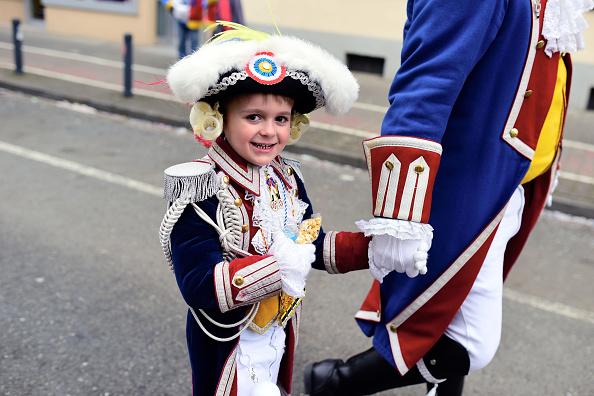 美茵茨遊行中,一個超萌的小男孩拉著爸爸的手,走在隊伍中。(Thomas Lohnes/Getty Images)