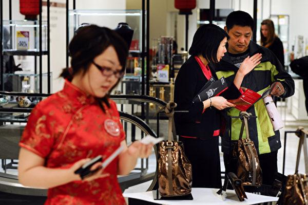 中国新年期间在巴黎Printemps百货店购物的中国游客。(MARTIN BUREAU/AFP/GettyImages)