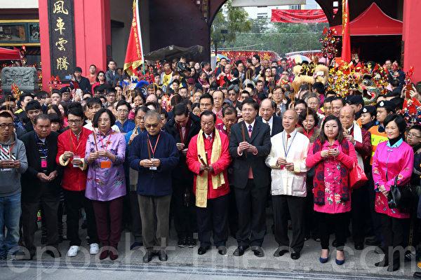 2月20日,羊年大年初二是香港传统的车公诞,乡议局主席刘皇发在沙田车公庙,为香港求得一支中签。(潘在殊/大纪元)