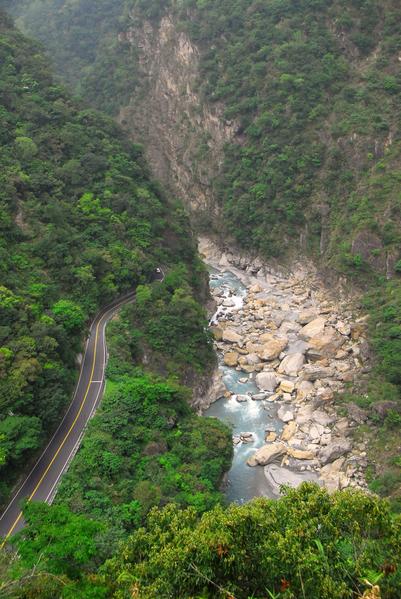 太鲁阁国家公园里布洛湾台地位在立雾溪下游,从布洛湾环流丘步道可以俯瞰太鲁阁峡谷。(太鲁阁国家公园提供)